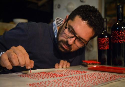 Giovanni Aiello Enologo che crea a mano le etichette